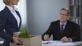 De mannelijke directeur verwerpt medewerker, non-actief, incompetente niet professionele arbeider stock video