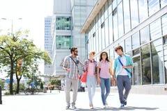 De mannelijke en vrouwelijke vrienden die van gemiddelde lengte op stadsstraat lopen Royalty-vrije Stock Foto
