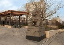 De mannelijke Foo Dog-kant van het beeldhouwwerknoorden van 10de Straatplein, Philadelphia, Pennsylvania Stock Fotografie
