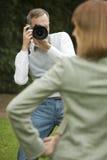 De mannelijke fotograaf neemt een beeld van model royalty-vrije stock fotografie