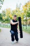 De mannelijke geschiktheid die oefening doen valt met vipr, ochtendtraining in het park uit royalty-vrije stock fotografie