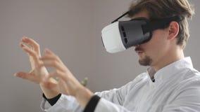 De mannelijke glazen van het artsengebruik VR stock video