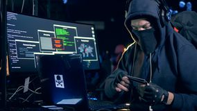De mannelijke hakker steelt informatie van creditcard Het concept van de Cyberaanval stock videobeelden