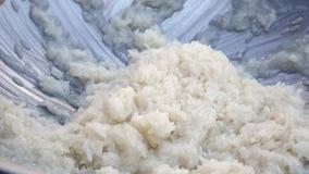 De mannelijke hand beweegt rijst met kokosmelk in wok r Thaise Keuken close-up 4K stock video