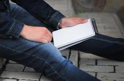 De mannelijke hand die een boek houden, bespot omhoog royalty-vrije stock fotografie