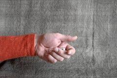 De mannelijke hand, die gokken werpen dobbelt royalty-vrije stock afbeeldingen