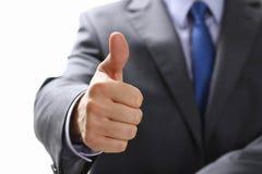 De mannelijke hand die o.k. tonen of bevestigt teken met omhoog duim Royalty-vrije Stock Afbeeldingen