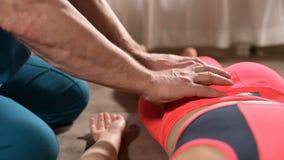 De mannelijke hand diepgewortelde therapeutmasseur behandelt een jonge vrouwelijke pati?nt Het uitgeven van de dij stock video