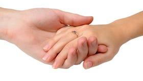 De mannelijke hand houdt vrouwelijke hand stock afbeelding