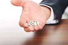 De mannelijke hand met twee dobbelt Royalty-vrije Stock Fotografie