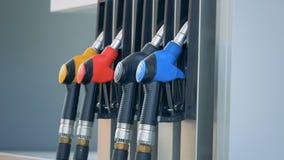 De mannelijke hand neemt een groene benzinepijp van de pomp Benzinebrandstof, benzinestationconcept stock video