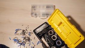De mannelijke handen assembleert instrumenten in een doos stock footage