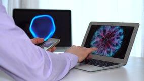 De mannelijke handen die van de close-upzakenman gebruikend laptop het zijaanzicht van PC en van smartphone werken stock video