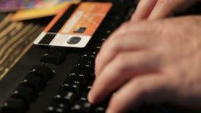 De mannelijke handen duwen op sleutels op het toetsenbord stock videobeelden