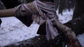De mannelijke handen houden een groot been stock video
