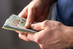 De mannelijke handen met bankbiljetten sluiten omhoog stock foto
