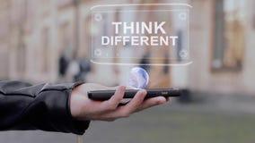 De mannelijke handen tonen op hologram van smartphone het conceptuele HUD verschillend denk stock videobeelden