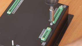 De mannelijke handen van de elektronikaassemblage stock videobeelden