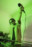 De mannelijke holding mic van DJ in lucht. royalty-vrije stock fotografie