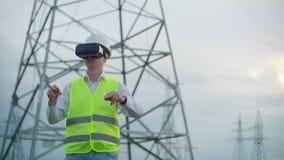 De mannelijke ingenieur beheert de transmissie van alternatieve energie van zonnepanelen en windlandbouwbedrijven aan de consumen stock videobeelden