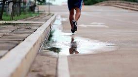De mannelijke jogging van de sportenmens in openlucht in een park stock videobeelden