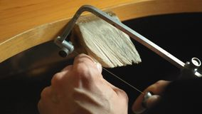 De mannelijke juwelier maakt wodden model van ring gebruikend instrumenten langzame motie stock footage