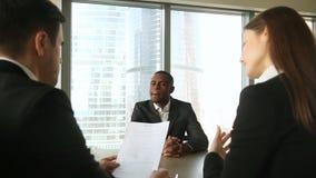De mannelijke kandidaat van de afro Amerikaanse baan bij baangesprek, handenschudden, het introduceren stock footage