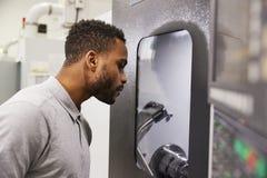 De mannelijke Machines van Ingenieurswatching progress of CNC in Fabriek royalty-vrije stock foto's
