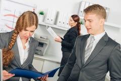 De mannelijke manager instrueert vrouwelijke werknemer royalty-vrije stock fotografie