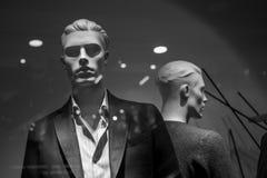 De mannelijke manierledenpop in de boutiqueshowcase draagt een modieus overhemd en een jasje royalty-vrije stock afbeeldingen