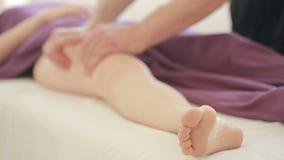 De mannelijke massagetherapeut betaalt massage voor vrouwen, heupen, anti-anti-cellulitemassage stock video