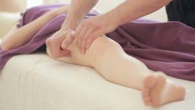 De mannelijke massagetherapeut betaalt massage voor vrouwen, heupen, anti-anti-cellulitemassage stock videobeelden