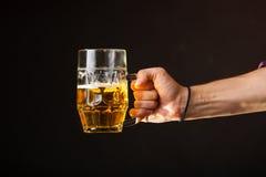 De mannelijke mok van de handholding bier Royalty-vrije Stock Afbeeldingen