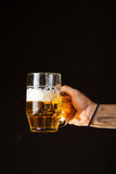 De mannelijke mok van de handholding bier Stock Afbeelding