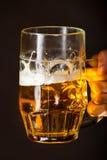 De mannelijke mok van de handholding bier Royalty-vrije Stock Foto's