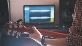De mannelijke musicus speelt de gitaar, dicht omhoog overhandigt, nadruk op de gitaar fretboard royalty-vrije stock afbeeldingen