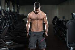 De mannelijke Oefening van Atletendoing heavy weight voor Bicepsen Royalty-vrije Stock Foto's