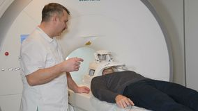 De mannelijke patiënt beweegt zich in een CT-Scanner Medische apparatuur: gegevens verwerkte tomografiemachine in kenmerkende kli stock footage