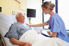 De Mannelijke Patiënt van verpleegsterstalking to senior in het Ziekenhuiszaal