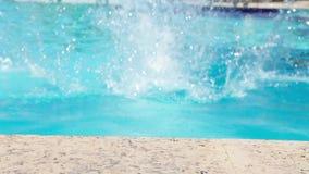 De mannelijke Pool van Zwemmersjumping into the stock video