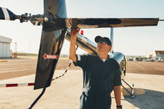 De mannelijke proef het onderzoeken vleugel van de helikopterstaart Stock Foto