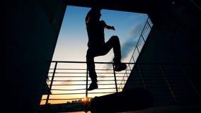 De mannelijke schaatser springt en ontbreekt, vertraagt motie stock footage