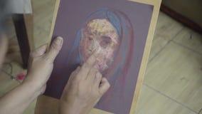 De mannelijke schilder maakt een vrouw schilderend op canvas stock footage