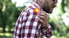 De mannelijke schouder kwetst, osteoartritis, probleem met verbindingen, wijst de vlek op pijn stock fotografie
