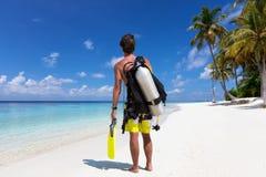De mannelijke scuba-duiker is bereid om voor een duikvlucht in de Maldiven te gaan royalty-vrije stock afbeelding