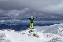 De mannelijke Skiër bevindt zich op steen en kijkt onderaan de vallei vanaf de bovenkant van de berg Lage Tatras, Chopok Vrije ri stock foto's