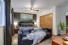 De mannelijke slaapkamer kenmerkt grijze accentmuur royalty-vrije stock afbeeldingen