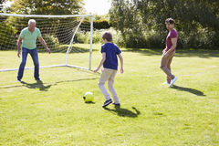 De mannelijke Speelvoetbal van de Drie Generatiefamilie samen Stock Afbeelding