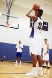 De mannelijke Speler die van het Middelbare schoolbasketbal Sanctie schieten royalty-vrije stock afbeelding