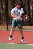 De mannelijke Speler van het Middelbare schooltennis raakt Backhand stock fotografie